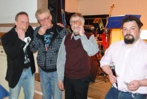 Bengt Selberg, Ulf Hagen och Rune Jönsson kollar guldhalten i hedersplaketten som Fredrik Nordin delat ut