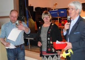 Roger Sahlin har tagit emot Pantbankens vandringspris, en silverskål, Ingrid Fredriksson och Rolf Pellving