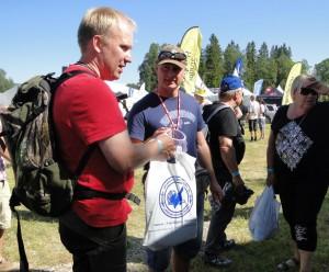 Leif Aronsson i keps med lottring i handen