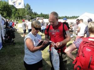 Anki Hansson Eriksson skriver upp lottnummer