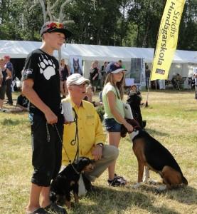 Jeppe Stidh har premierat ungdomarna som visar hundar med en bok och läderkoppel