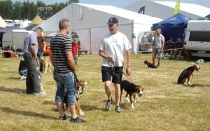 Mats Eriksson kommer gående med sin hund