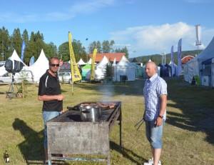 Håkan Westling och Peter Knapp grillar till den gemensamma middagen (Foto Leif Aronsson)