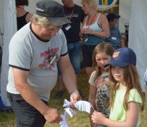 Bo-Lennart Eriksson köper lotter av Isabelle Pellving, Tindra ser på (Foto Leif Aronsson)