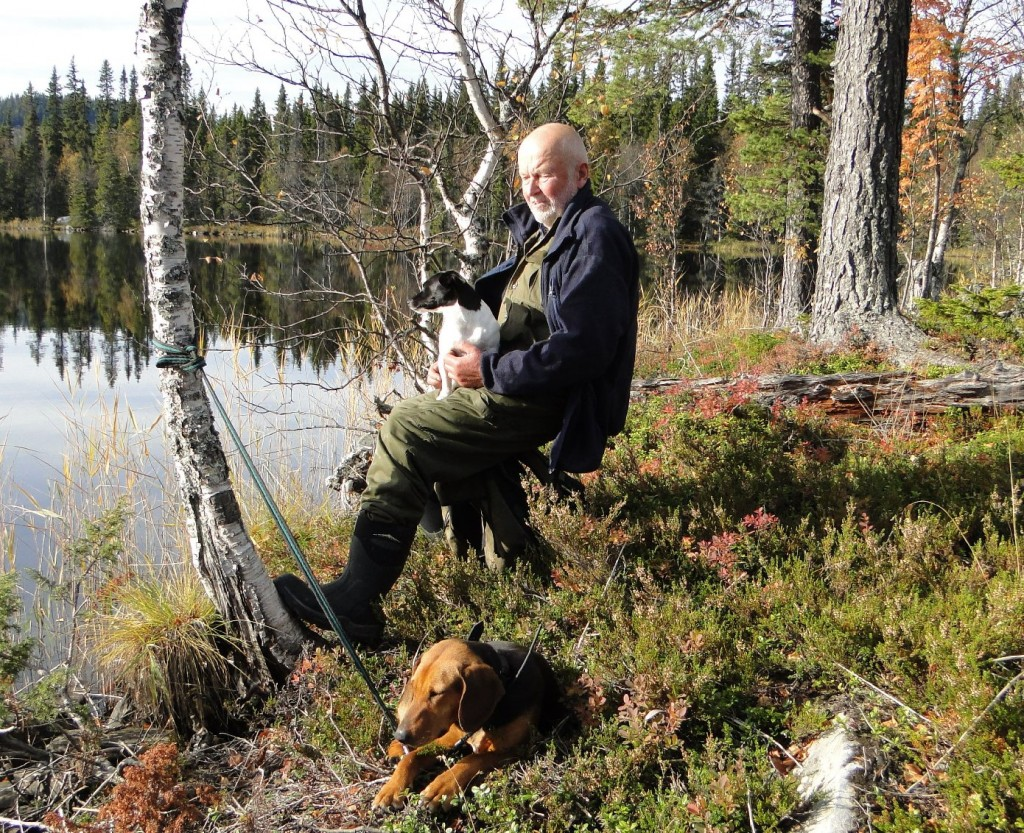 Klas Törmark med Ada i knät ochTörmarkens Tanja vid Brännvattnet