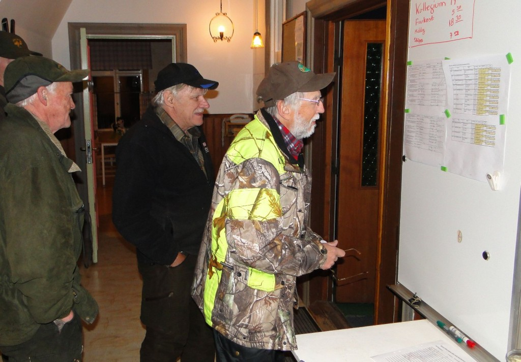 Sune Persson, Bengt-Ove Månsson och Rune Jönsson studerar resultatlistan