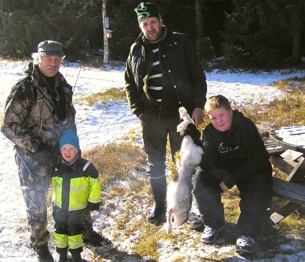 Farfar Curt Alstergren med Max Alstergren, skytten Marcus Ekeljung med sonen Jakob