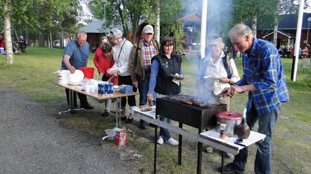I väntan på servering av grillmästaren Gunnar Eriksson