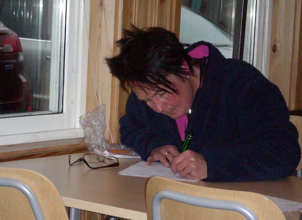 Eleven Marita Lithander fyller i protokollet