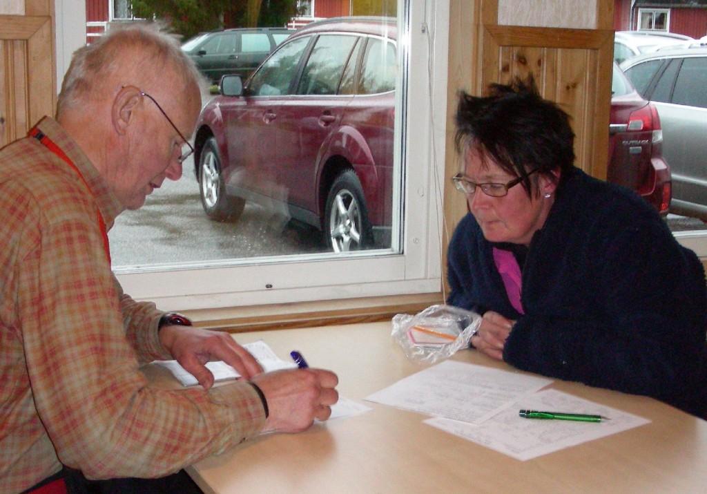 Domare Lars O Törnkvist instruerar Marita Lithander hur protokollet skall fyllas i
