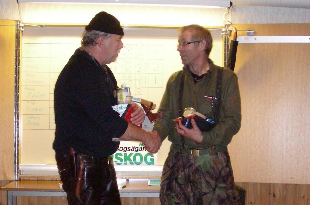 Valdi Waher gratuleras till vinsten av Bo Fredriksson