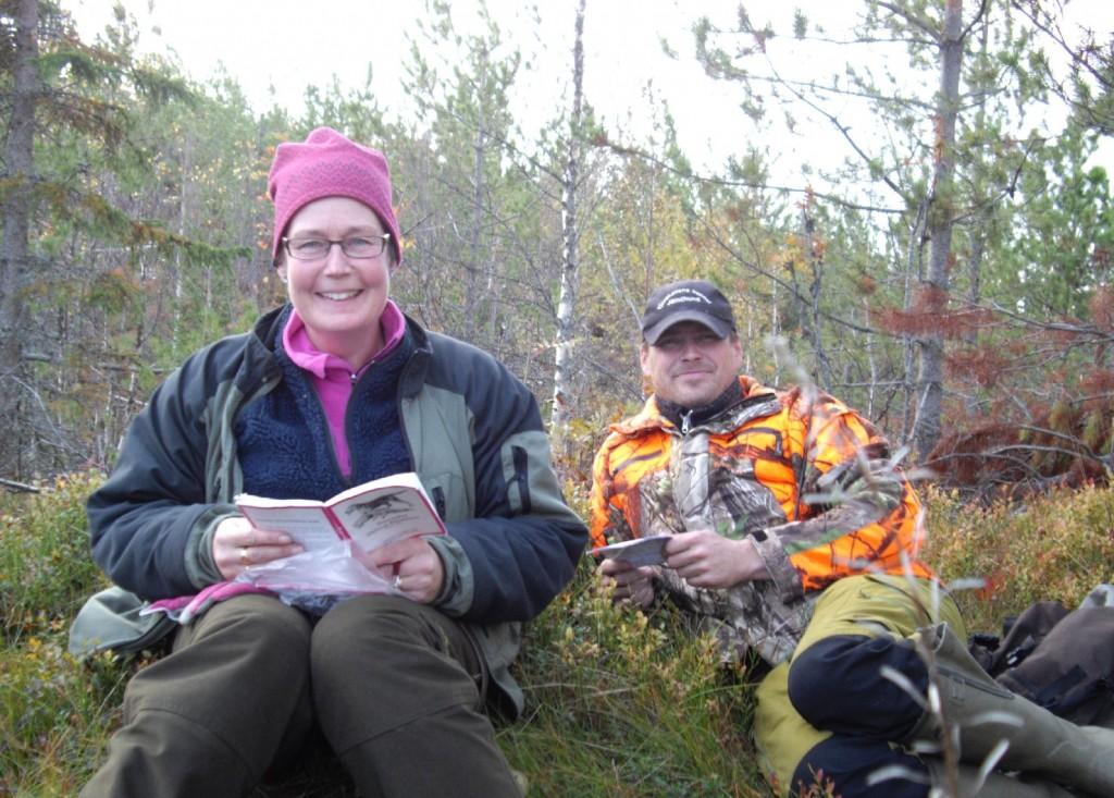 Aspiranterna Marita Lithander och Gustav Johansson studerar regelboken
