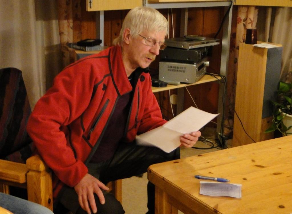 Domaren Göran Blixt redovisar sin hund för dagen