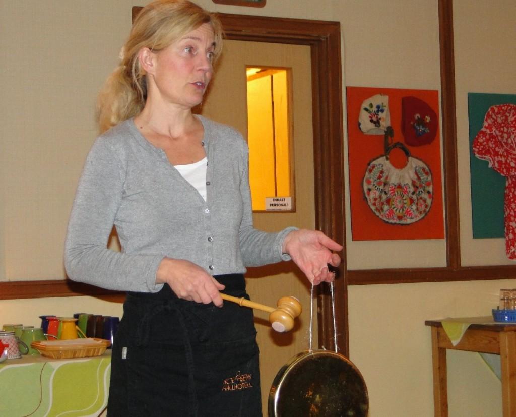 Anna Romare Blyckert informerar om kvällens meny