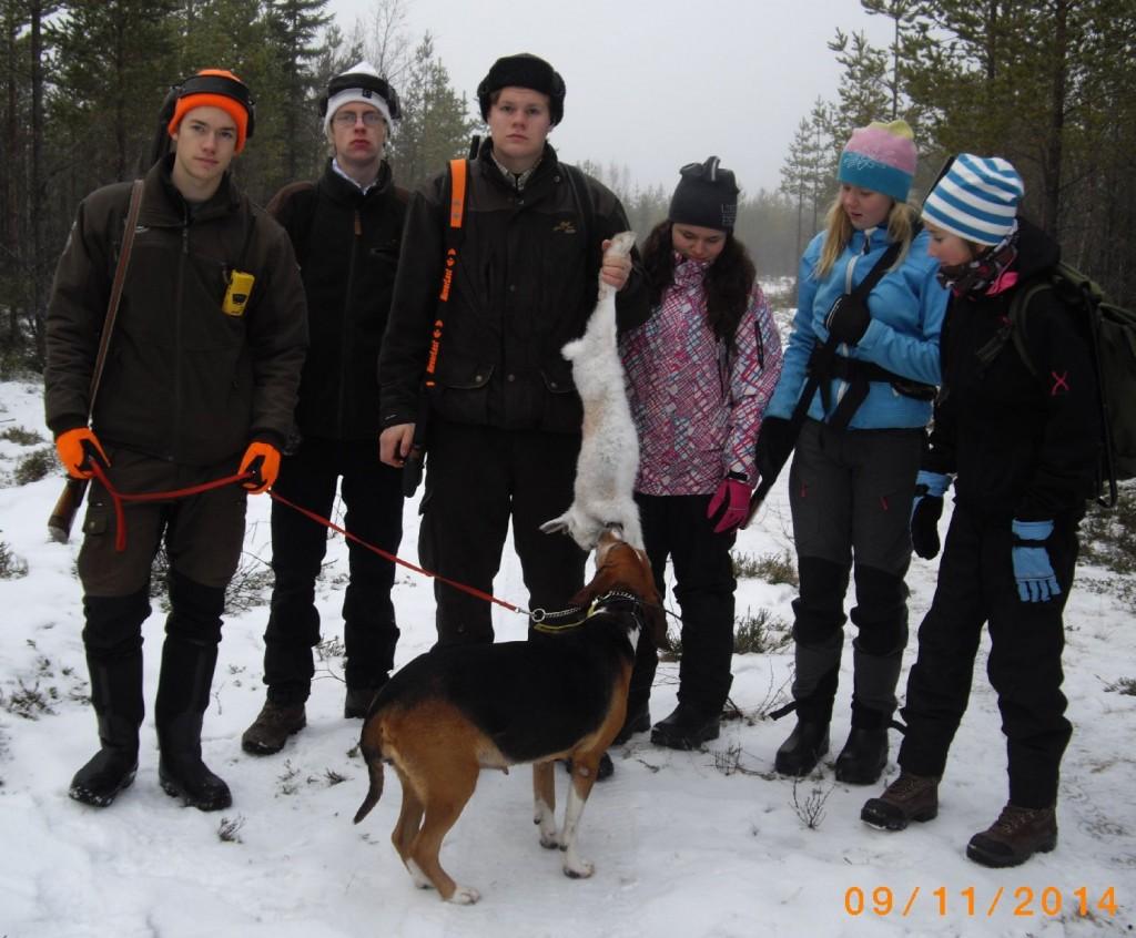 Ludvig Hellstrand, Linus Backlund, Simon Nilsson, Wilma Jonsson, Elin Krylén och Elin Gjertsås,  Bergvattnets Eka (Etsiä)