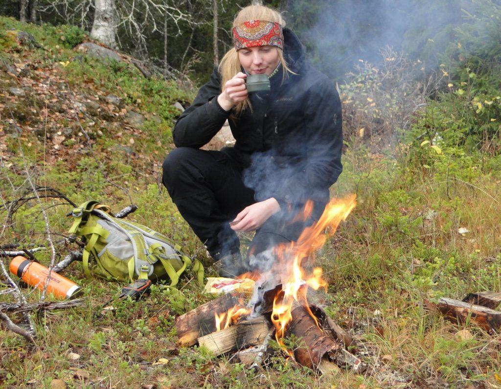 Michaela Jansson eldar och fikar i väntan på upptag