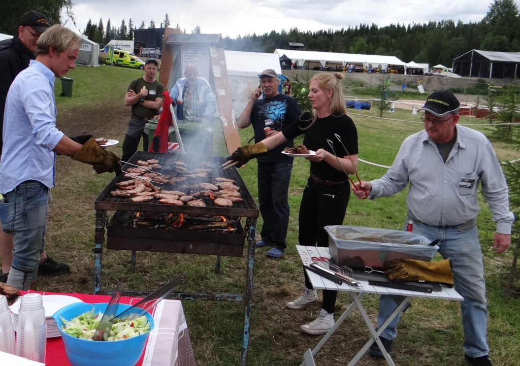 Grillning till kvällens middag - Linus Knapp, NN, Nisse Hermansson, Curt Alstergren, Michaela och Jan-Erik Jansson