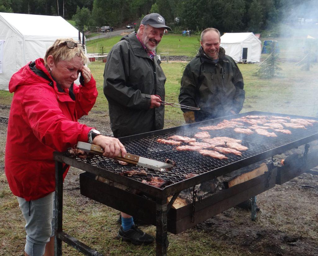 Gerd Alstergren, Nisse Hermansson och Bertil Andersson fixar kvällens middag