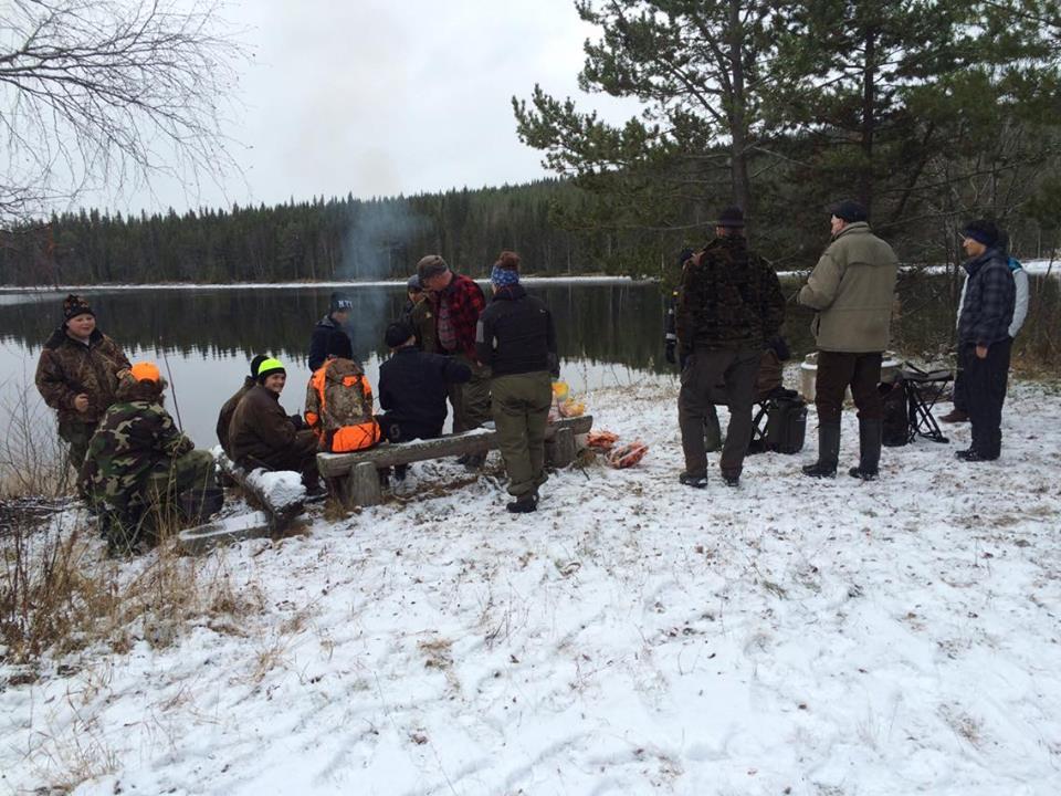 Samling runt elden        Foto Hanna Haglund