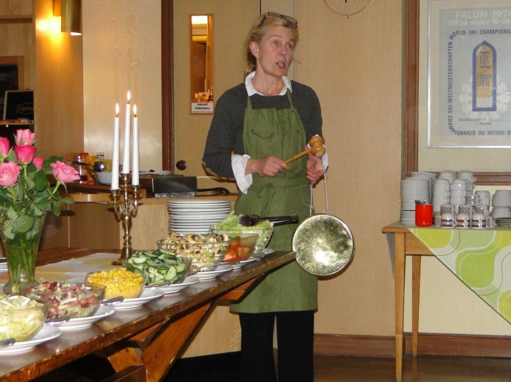Anna Romare Blyckert gong-gongar in middagen